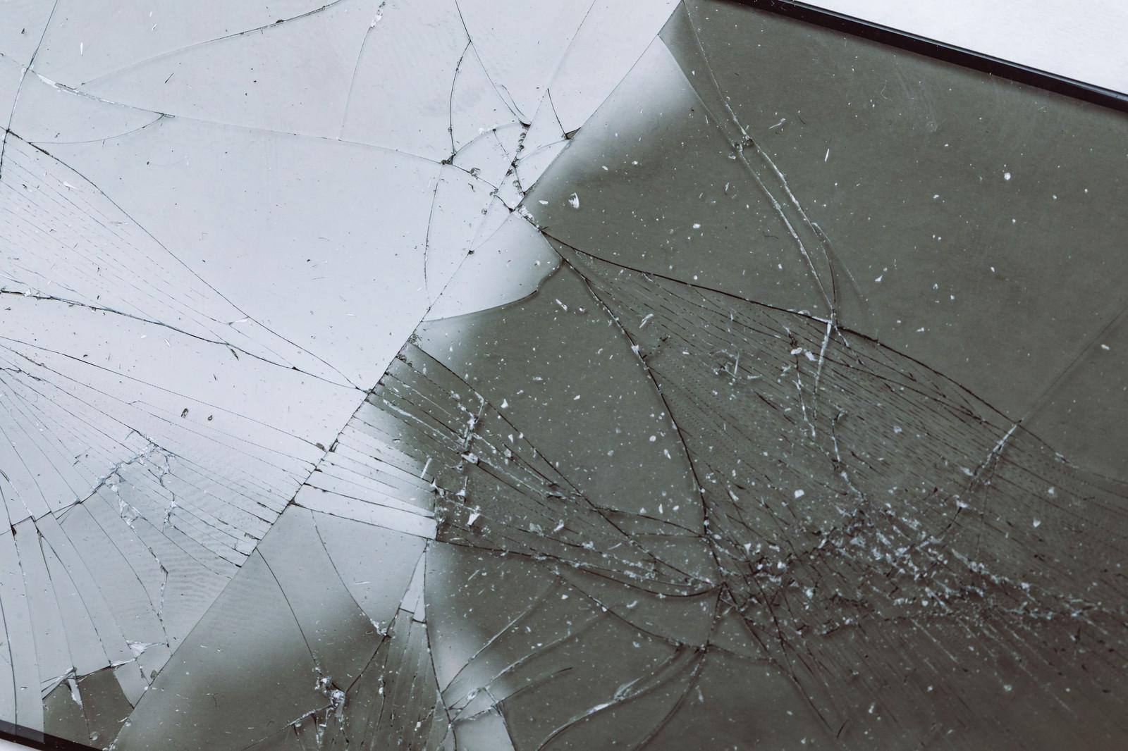 「ヒビ割れした透明な液晶フィルム」の写真