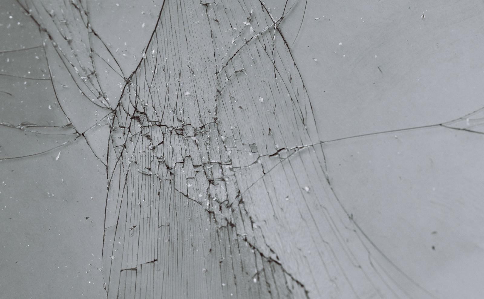 「ガラスのフィルムにヒビが入った(テクスチャ)」の写真