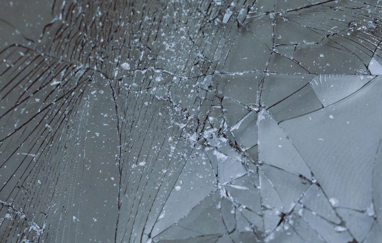 「割れてしまった液晶フィルム」の写真