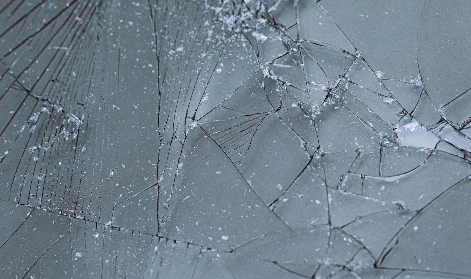 「ヒビワレしたガラスフィルム」の写真