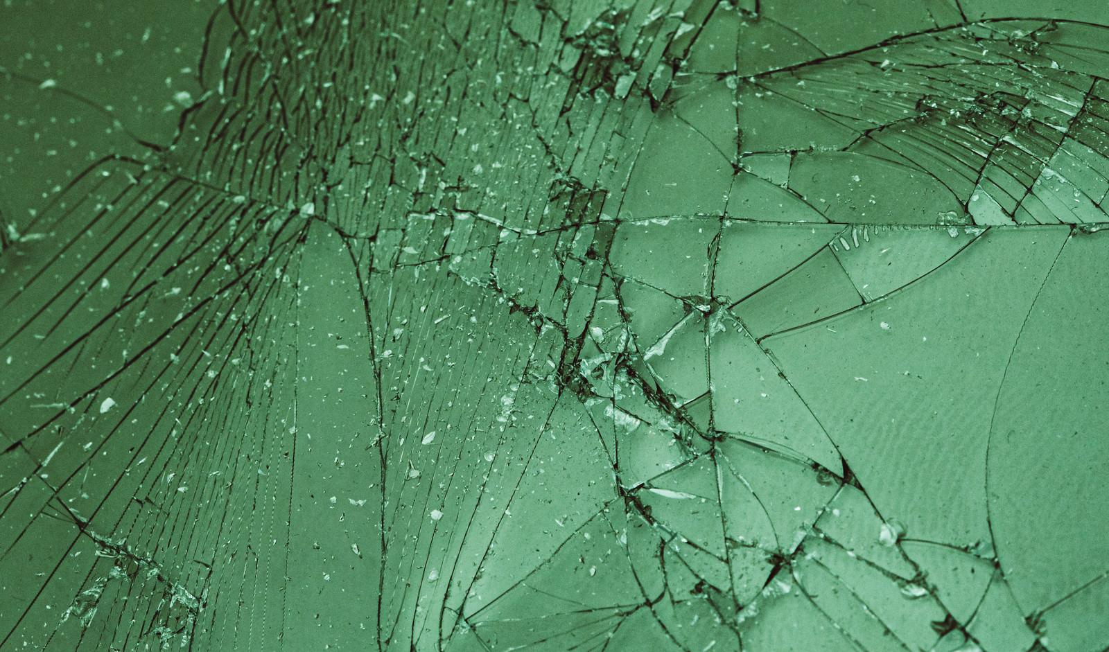 「割れたガラスフィルム」の写真