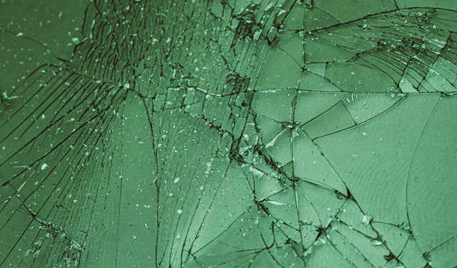 割れたガラスフィルムの写真