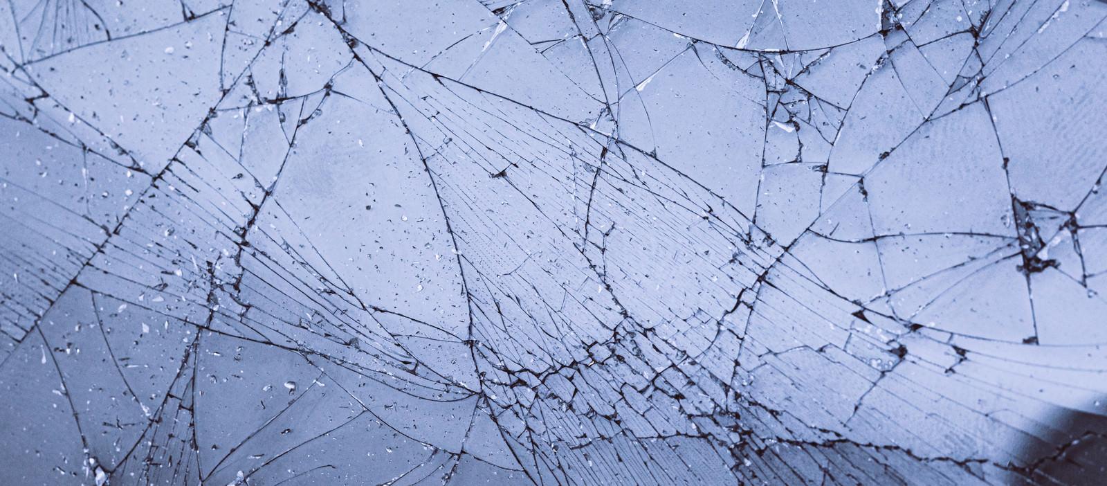 「ひび割れしたガラス」の写真