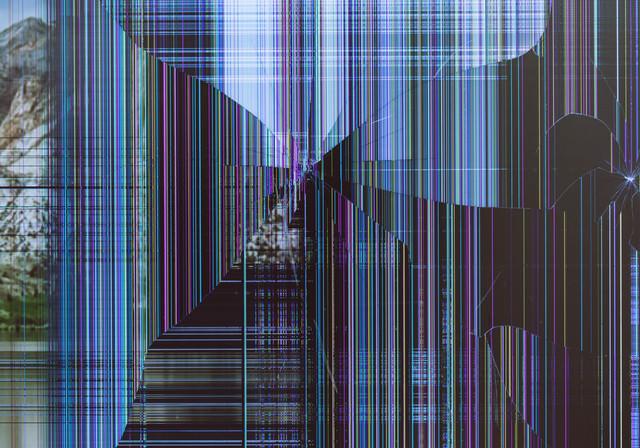 地震で落下した液晶モニターの表示画面の写真