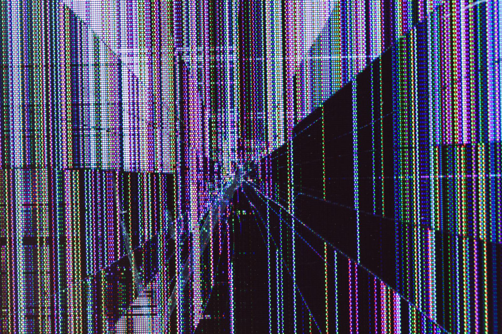 「廃棄前の壊れた液晶モニターの表示画面」の写真