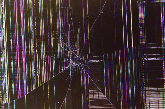 この画像を全画面表示したら確実に破損した液晶モニターだと思われるの写真