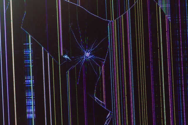 起動中に液晶モニターにヒビ割れの写真