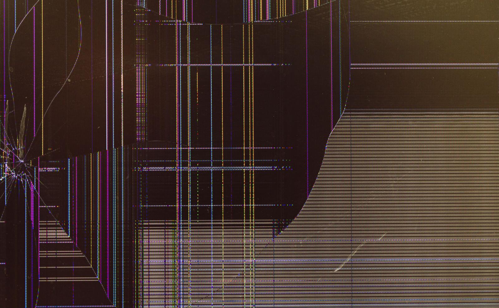 「ヒビが入って壊れた液晶ディスプレイ」の写真