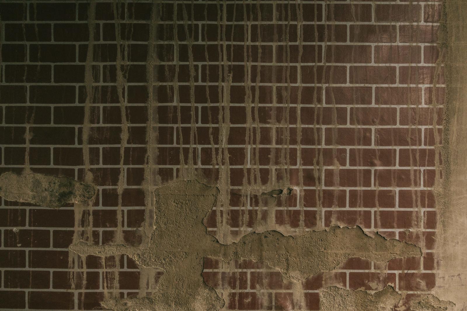 「剥がれ落ちたタイルの壁(テクスチャー)剥がれ落ちたタイルの壁(テクスチャー)」のフリー写真素材を拡大