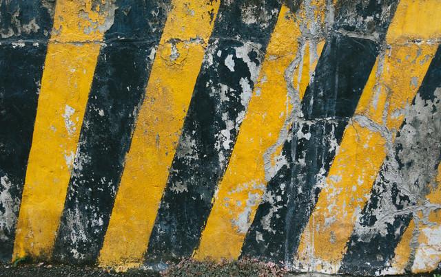 注意喚起を促す黄色と黒の壁の写真