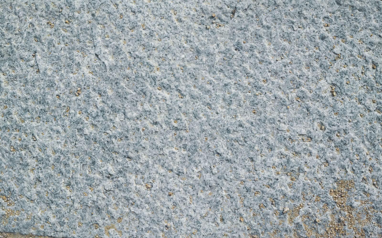 「乾いた土が溝に散らばる石材(テクスチャ)」の写真