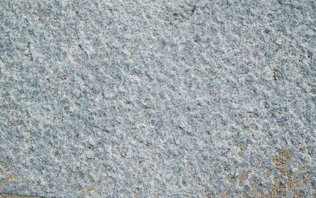 乾いた土が溝に散らばる石材(テクスチャ)の写真
