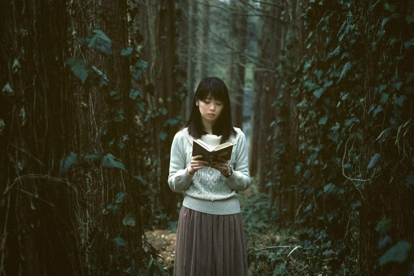 「深い森に迷い込んだ読書美女」の写真[モデル:白鳥片栗粉]