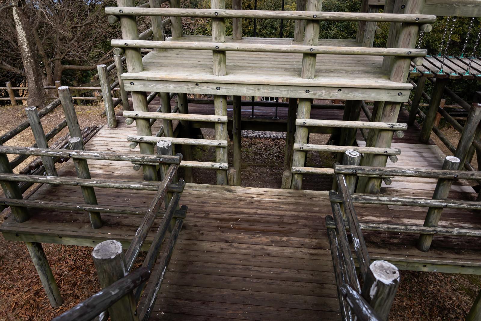 「木製遊具や砦(崎野自然公園)」の写真
