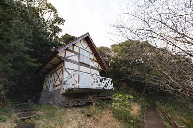 森の中に建てられたバンガロー(崎野自然公園)の写真
