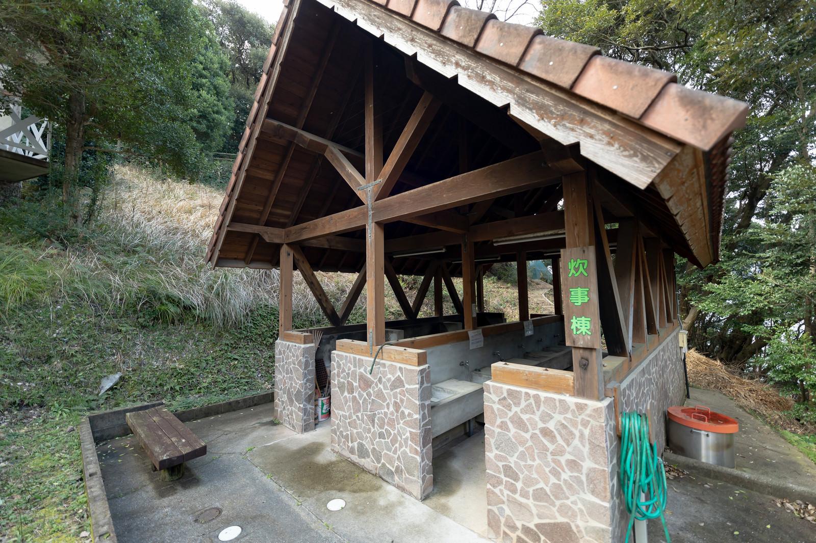 「キャンプ場にある炊事棟(崎野自然公園)」の写真