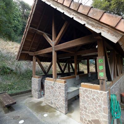 キャンプ場にある炊事棟(崎野自然公園)の写真