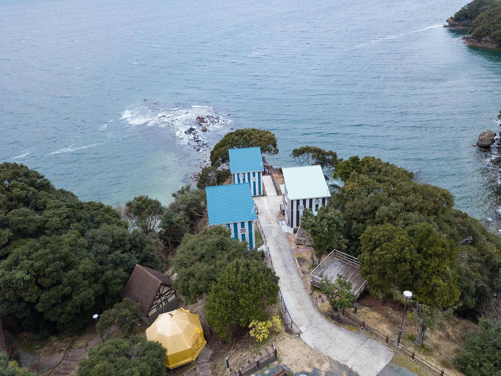 「崎野自然公園キャンプ場に新設されたコテージを上空から撮影 | 写真の無料素材・フリー素材 - ぱくたそ」の写真
