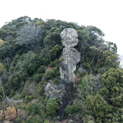 山中にある鯖くさらかし岩の写真