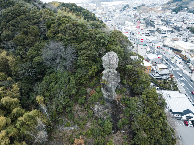 時津町(とぎつ)の街中にある鯖(さば)くさらかし岩の写真