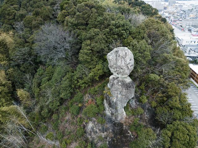 今にも落ちそうな2つの巨岩(時津町)の写真