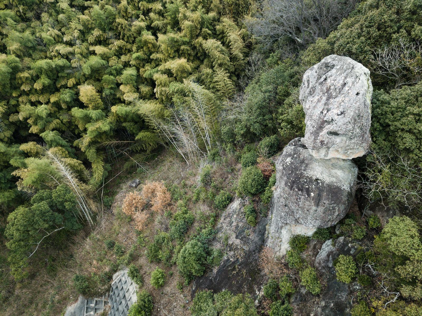 「今にも落ちてしまいそうな岩」の写真