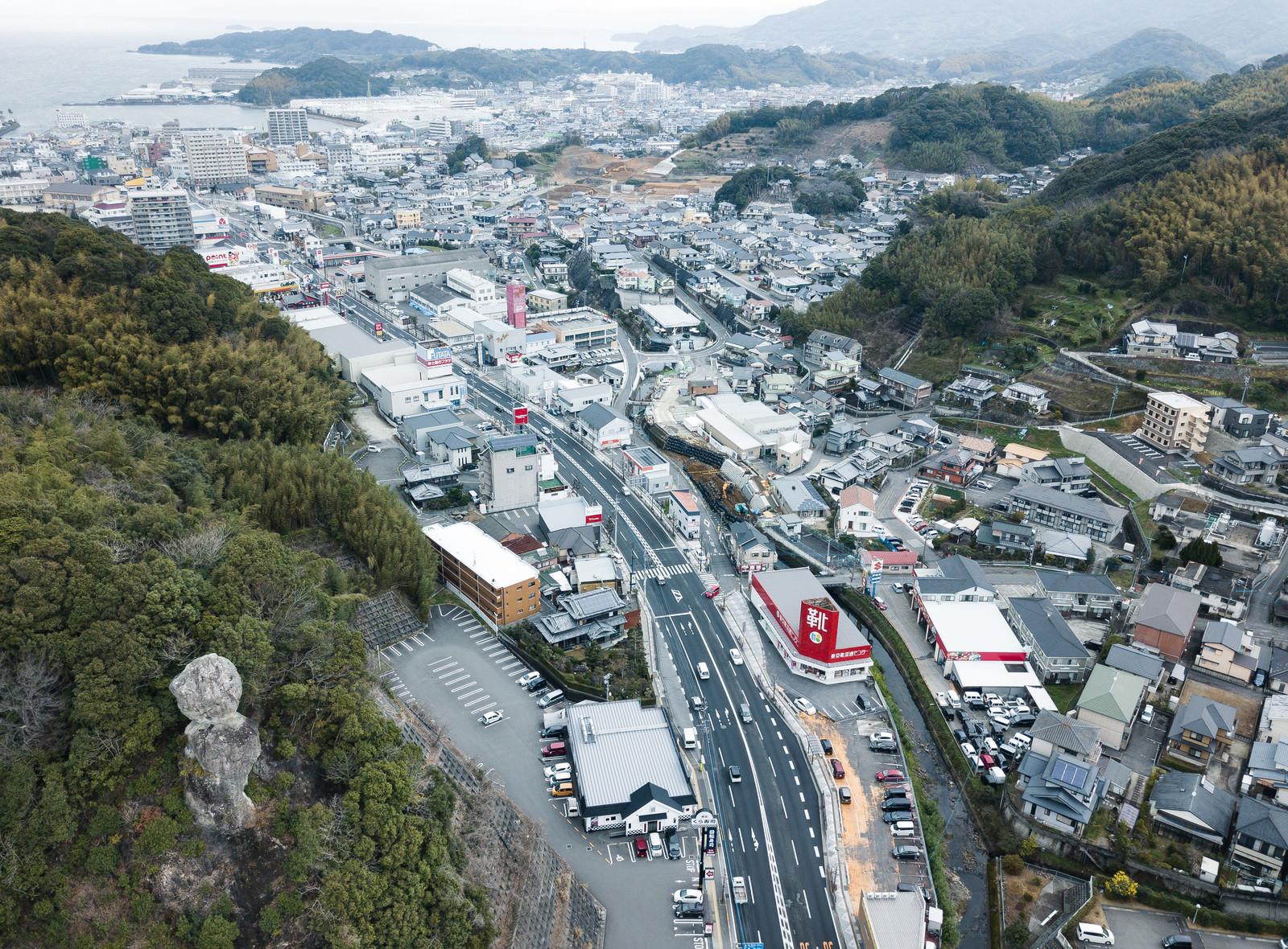 「鯖くさらかし岩と時津町の街並みを一望」の写真