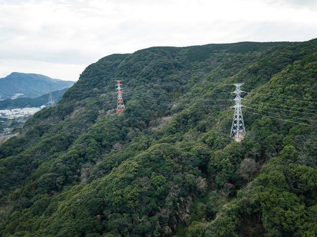山間の送電線(鉄塔)の写真