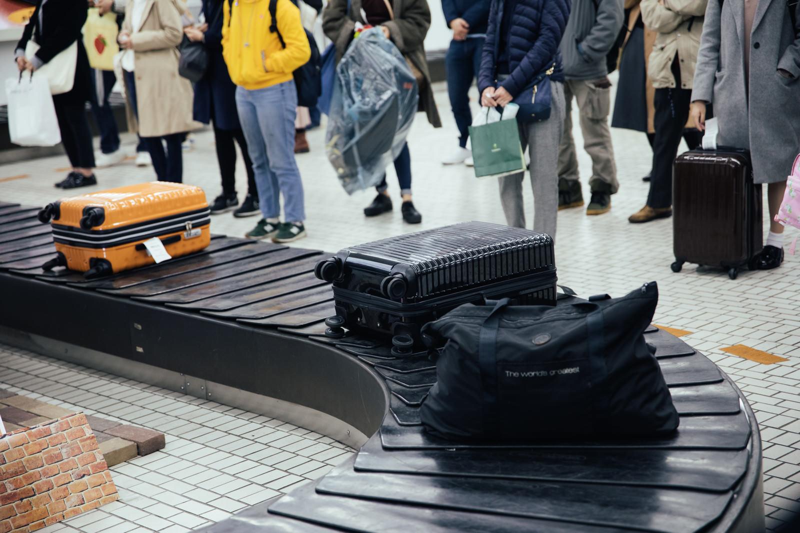 「空港の荷物受取所」の写真