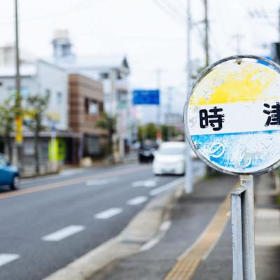 時津と書かれたバス停留所の写真