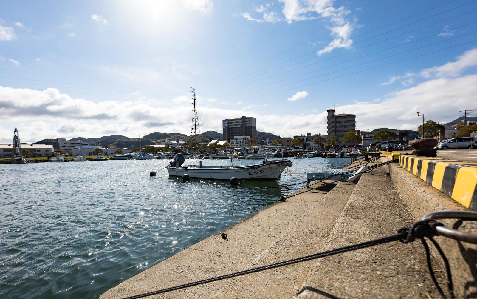 「漁港内に停泊する漁船」の写真