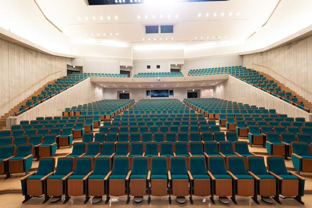 客席770席あるコンサートホールの写真