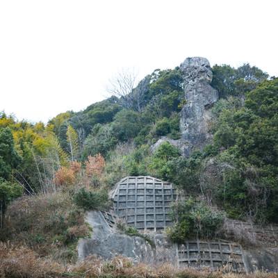 崖上にそびえ立つ鯖くさらかし岩の写真