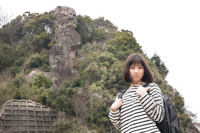鯖くさらかし岩とページを探す女性の写真