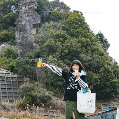 「落ちない」ご利益に便乗して合格祈岩グッズを持参する受験生の写真