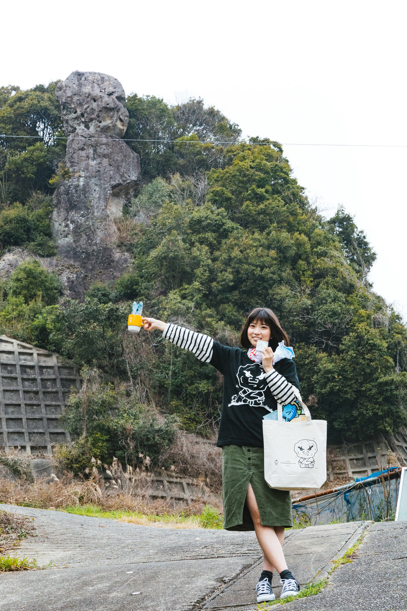 「「落ちない」ご利益に便乗して合格祈岩グッズを持参する受験生」の写真[モデル:塩田みう]