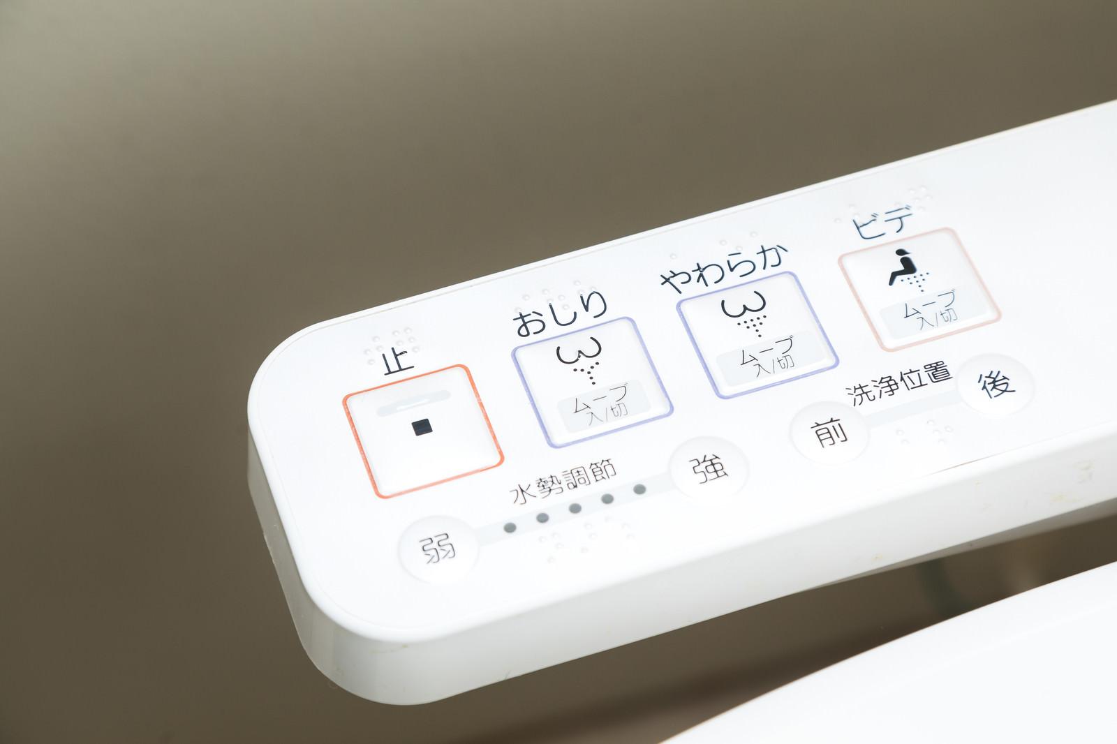 「トイレのウォシュレットボタントイレのウォシュレットボタン」のフリー写真素材を拡大
