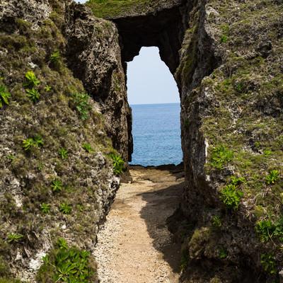 人畜の犬の群れを捕まえて海に投げた由来がある犬の門蓋のメガネ岩の写真