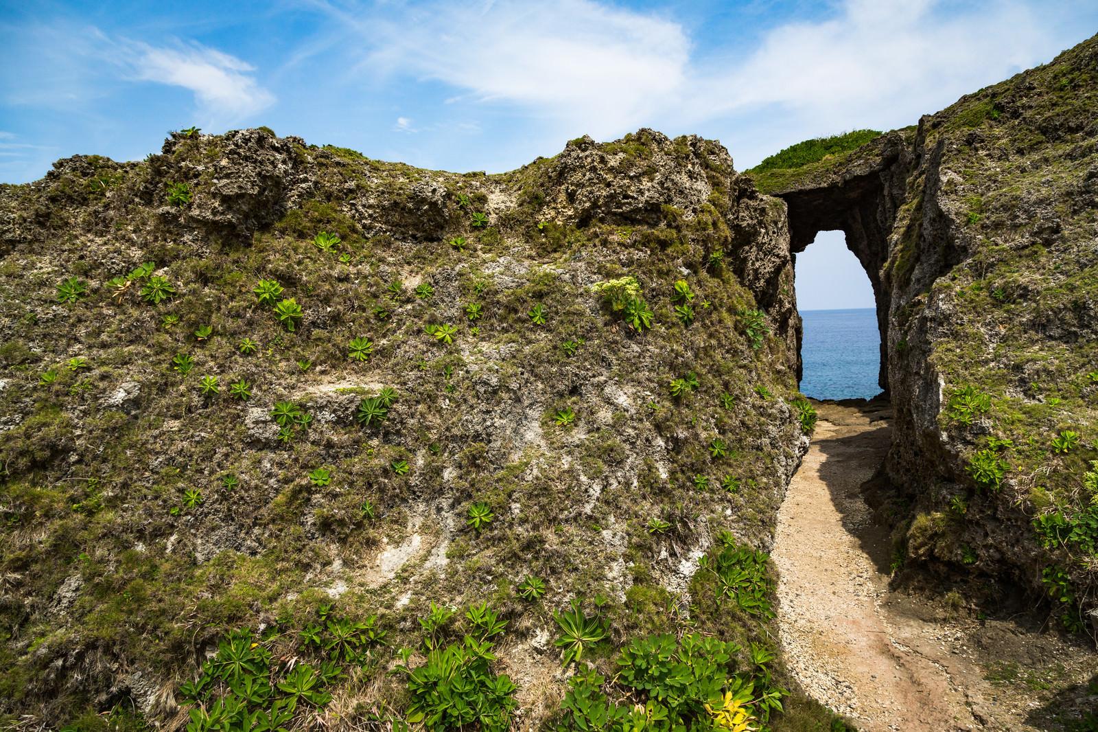 「犬の門蓋のメガネ岩入り口」の写真
