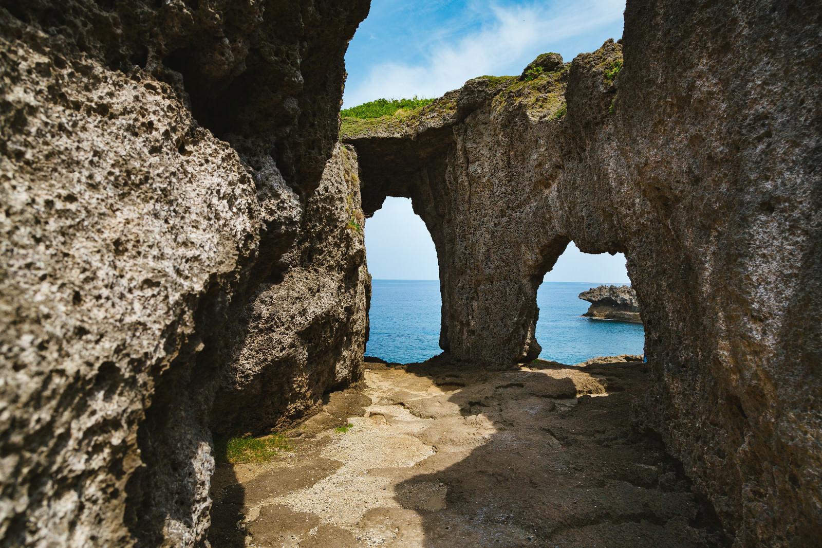 「犬の門蓋(いんのじょうふた)メガネ岩」の写真