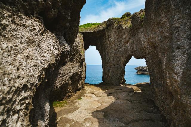犬の門蓋(いんのじょうふた)メガネ岩の写真