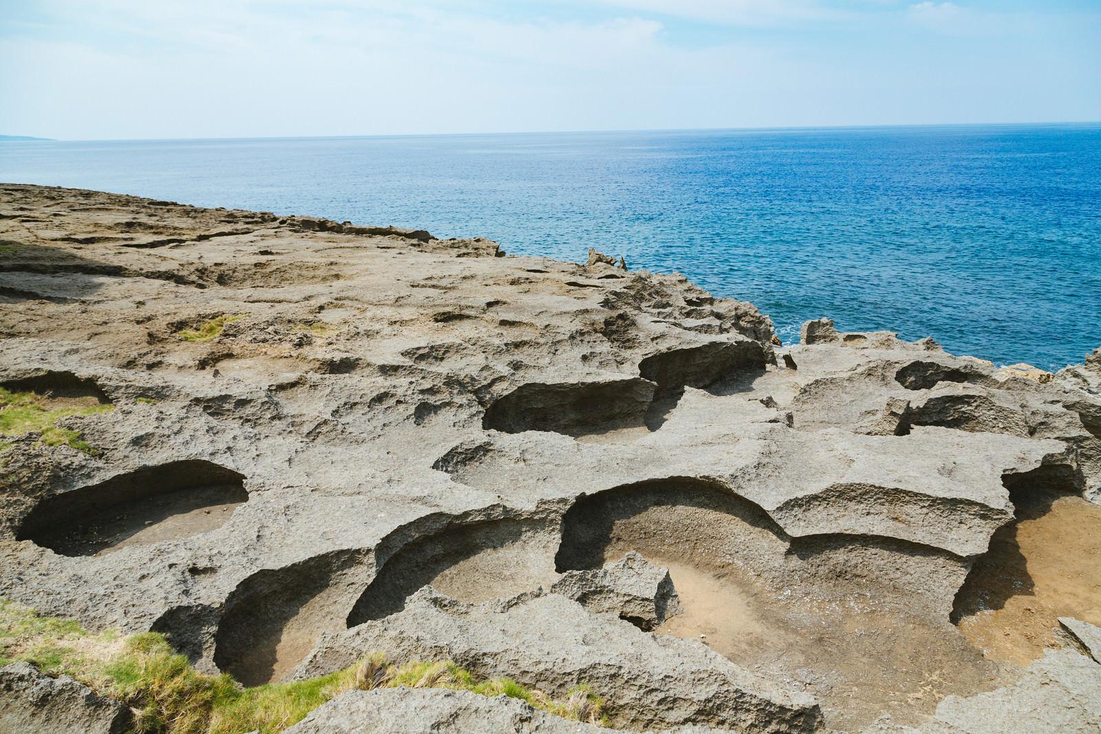 「犬の門蓋の削られた隆起サンゴ礁」の写真