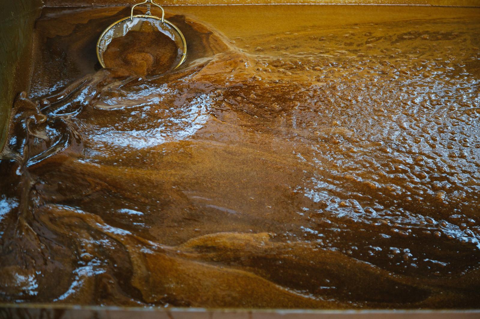 「搾りたての黒砂糖(徳之島黒砂糖祭り) | 写真の無料素材・フリー素材 - ぱくたそ」の写真