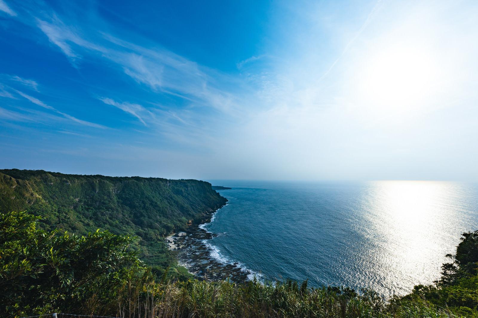 「徳之島犬田布岬の断崖絶壁と青空」の写真