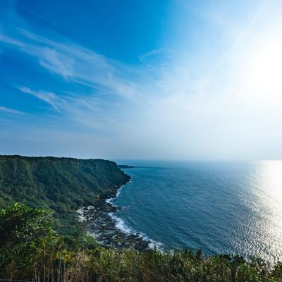徳之島犬田布岬の断崖絶壁と青空の写真