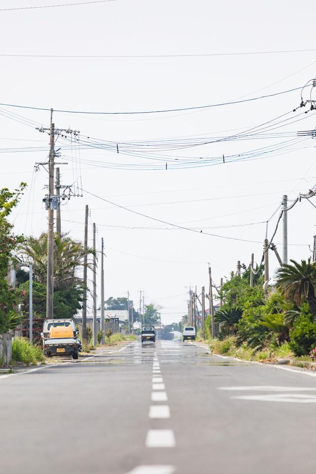 滑走路跡の面影を残した直線の道路(現・平和通り)の写真