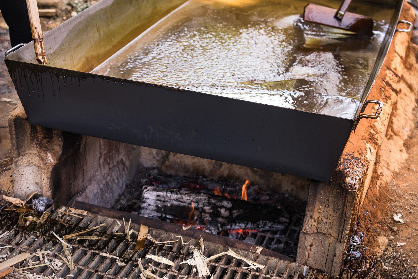 「サタヤドリの窯で黒糖を作る」の写真