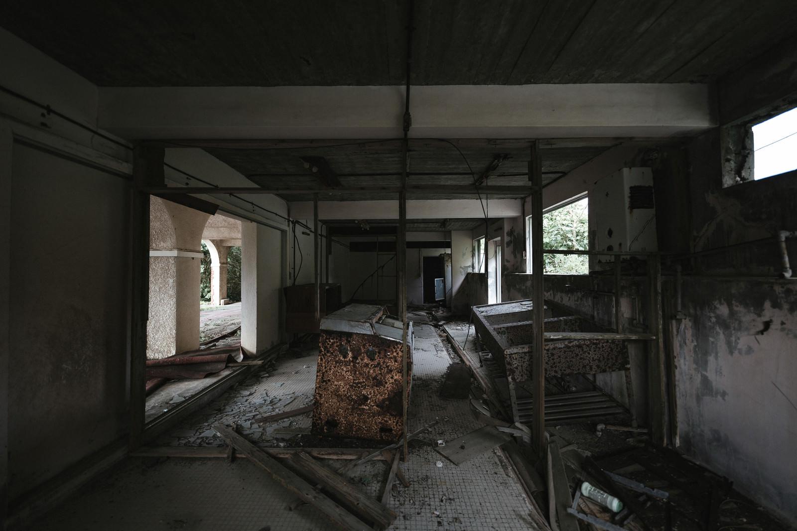 「瓦礫で崩れる廃墟」の写真