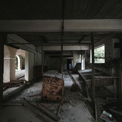 「瓦礫で崩れる廃墟」の写真素材
