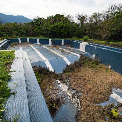「徳之島ニューオータニ・ホテルの廃墟プール跡」の写真素材